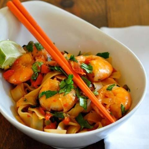 Готовое блюдо — Жареная рисовая лапша с креветками