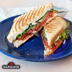 Аппетитные сэндвичи к завтраку на газовом гриле Napoleon