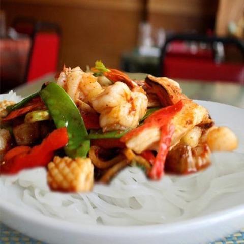 Готовое блюдо — Острая тайская лапша с кальмарами