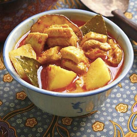 Готовое блюдо — Карри из курицы с листьями лайма