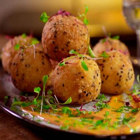 Готовое блюдо — Рисовые шарики с начинкой из лосося