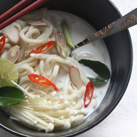 Готовое блюдо — Тайский кокосовый суп с грибами и лапшой