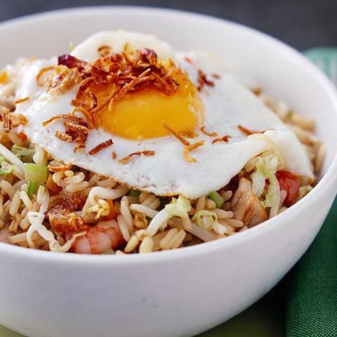 Готовое блюдо — Наси Горенг (жареный рис)