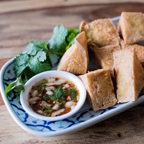 Готовое блюдо — Жареный тофу с соусом