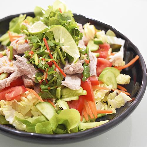 Тайский салат с кисло-пряной свининой