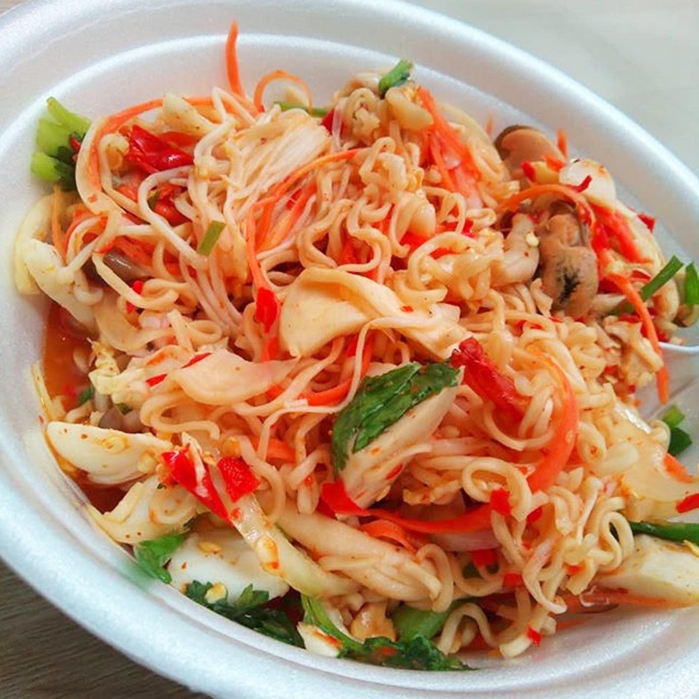 Салат из лапши быстрого приготовления Yum Mama