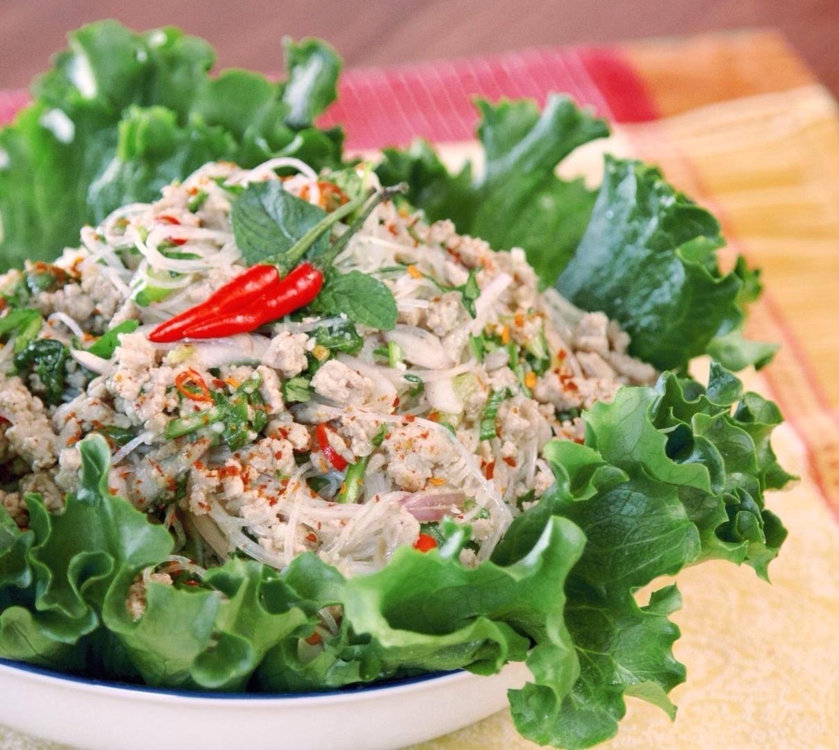 Острый тайский салат с фунчозой Laab Woonsen