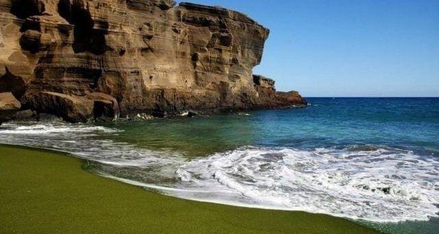 Зеленый песочный пляж на Гавайских островах
