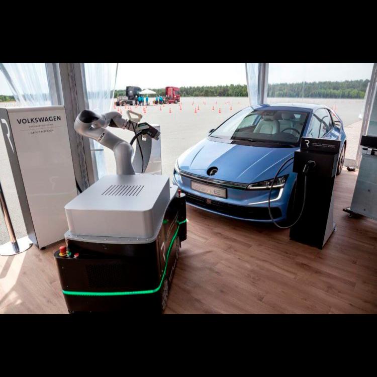 Создан робот для подзарядки электромобилей