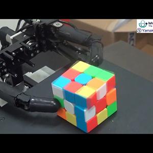 Трехпалый робот собирает кубик Рубика за доли секунды