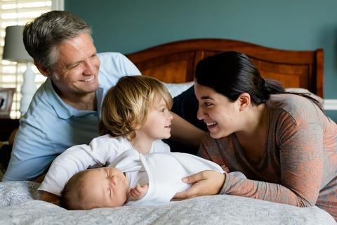 Ребёнок ревнует маму к папе. Что делать и как правильно реагировать?