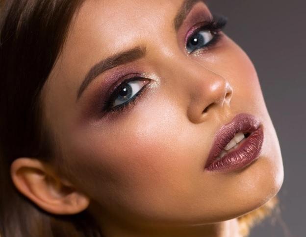 Вечерний макияж с яркими оттенками, передающие романтичный характер