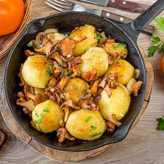 Картофель молодой с лисичками под