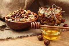 Приготовление орехов с медом в банке