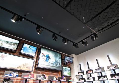 Почему часто используют трековые светильники для освещения торговых помещений?