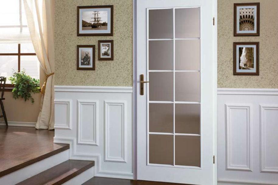 Преимущества межкомнатных классических дверей со стеклом