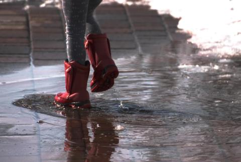 Что делать, если ребёнок промочил ноги? Насколько это опасно?