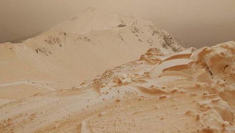 Песочный снег на горнолыжном курорте