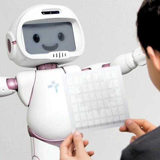 Дружелюбный QTrobot установит контакт с особенными детьми