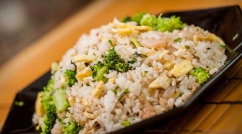 Рецепт жареного риса по тайски с яйцом и овощами