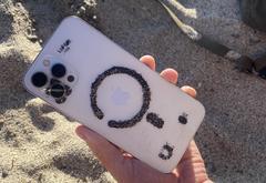 Магниты в смартфоне способны собирать металл из песка