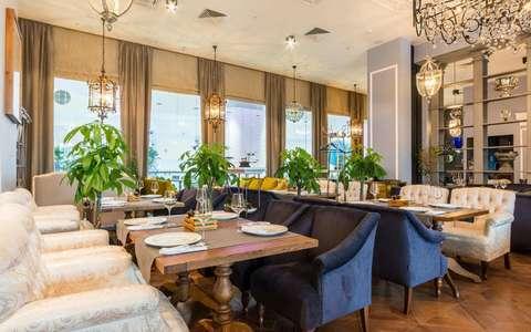 Мягкая и деревянная мебель для ресторана