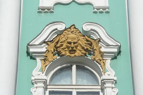 Как оформляют окна в дворцовом стиле.