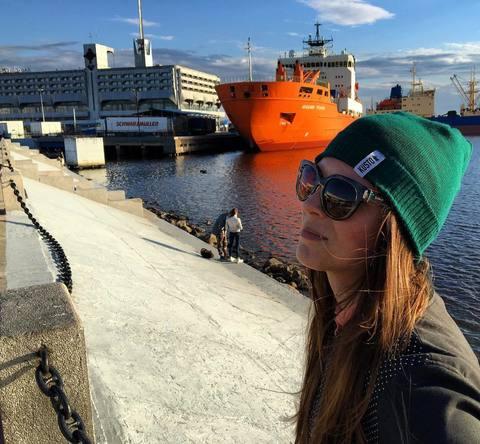 Ксюша в шапке Kusto Skipper