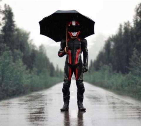 Как ездить на мотоцикле осенью, выбор дождивика.