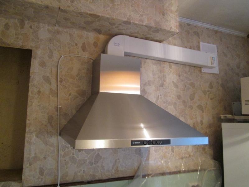 Особенности монтажа в квартире кухонной вытяжки с отводом воздуха