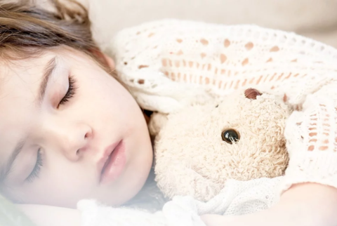 Ребёнок плохо спит ночью и часто просыпается: в чем причина?