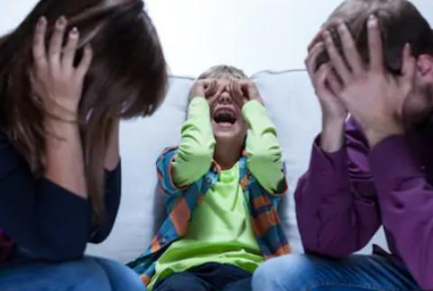 3 нестандартных способа прекратить истерику ребёнка