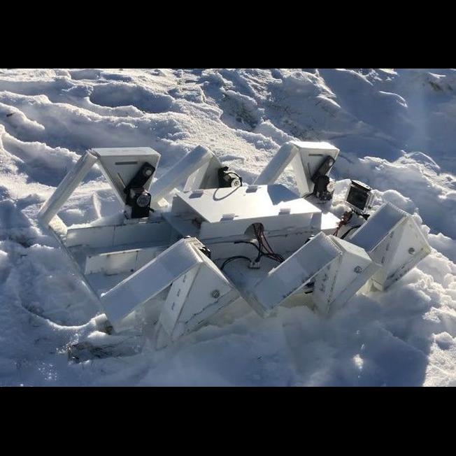 Робот преодолевает заснеженные вершины