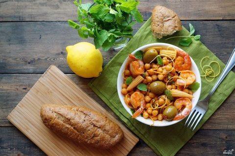 Салат с нутом и креветками для вегетарианцев