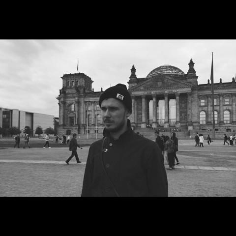 Михаил у здания Рейхстага в Берлине