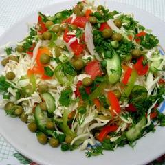 Свежий салат с горошком, капустой и огурцами