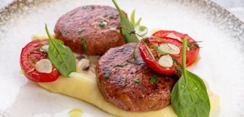 Котлеты с картофельным пюре и грибным сливочным соусом