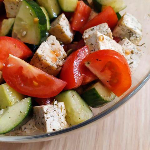 Овощной салат с жареным тофу
