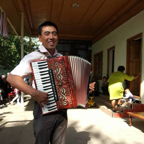 Очень талантливый аккордеонист :))