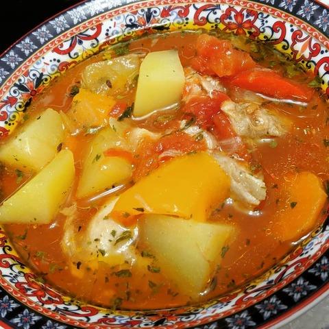 Густой куриный суп с овощами.