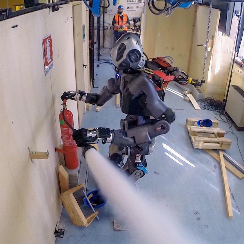 Робот-пожарный WALK-MAN