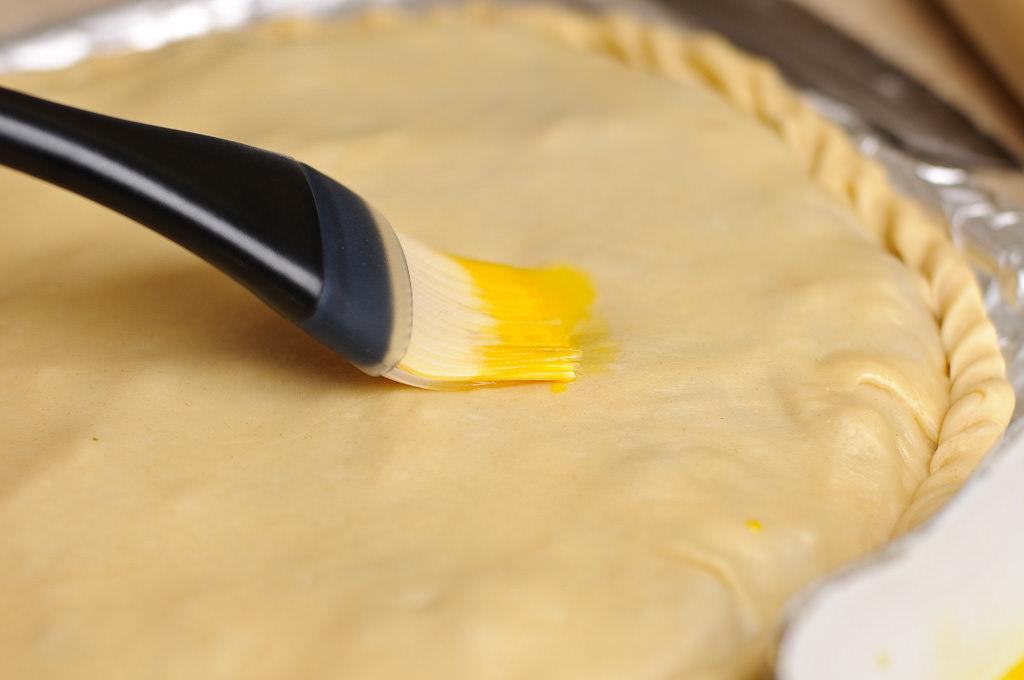 Чем смазывать перед выпечкой в духовке пирожки для золотистой корочки: как помазать пироги, чтобы были румяные