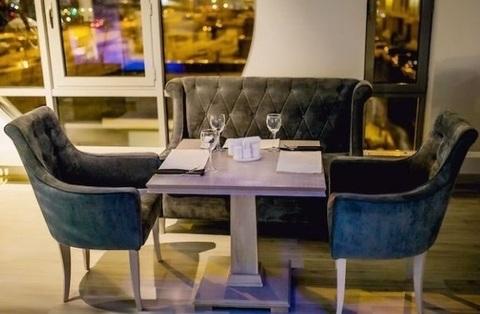 Мягкие кресла и деревянные столы для ресторана