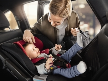 Как безопасно установить детское автокресло