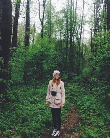 Оля на лесной прогулке