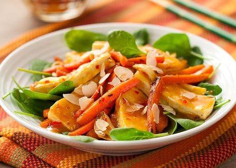 Простой салат с тофу и свежими овощами