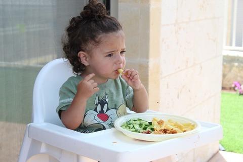 Ребенок ест только руками, что делать?