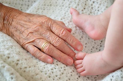 Бабушку по суду обязали удалить фото внуков из соцсетей