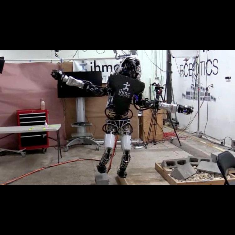 Робот Atlas балансирует на одной ноге