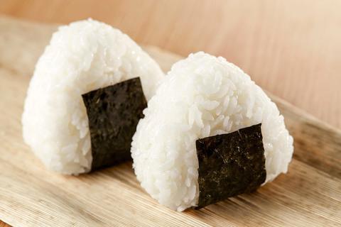 Что такое онигири: как приготовить суперпопулярные японские пирожки
